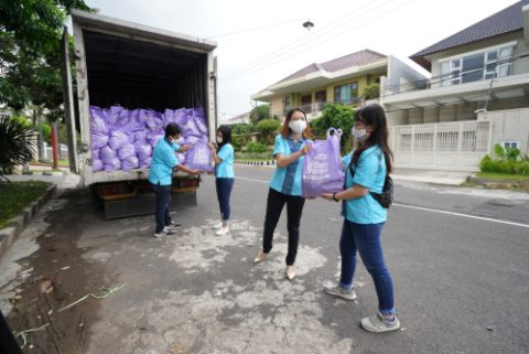 FiberCreme Gives 1000 Packages of Basic Needs to Those Affected by Pandemic in East Java